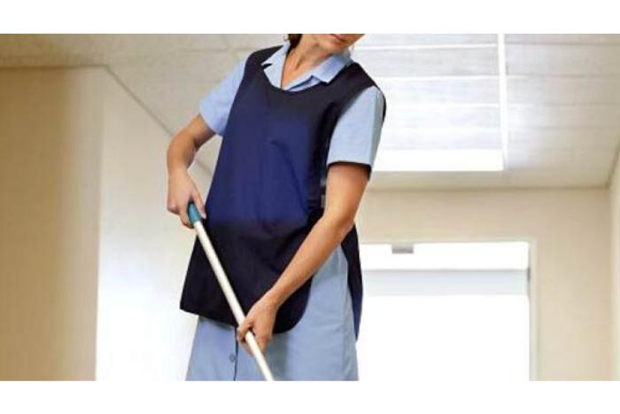 Γυναίκα που καθαρίζει σε σχολείο
