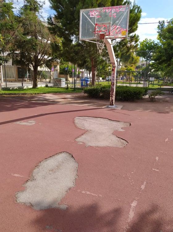 τάπητας σε γήπεδο μπάσκετ