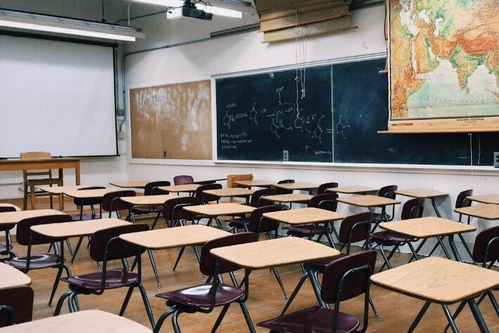Σχολική αίθουσα με ατομικά έδρανα, προτζέκτορα, πίνακα και χάρτη