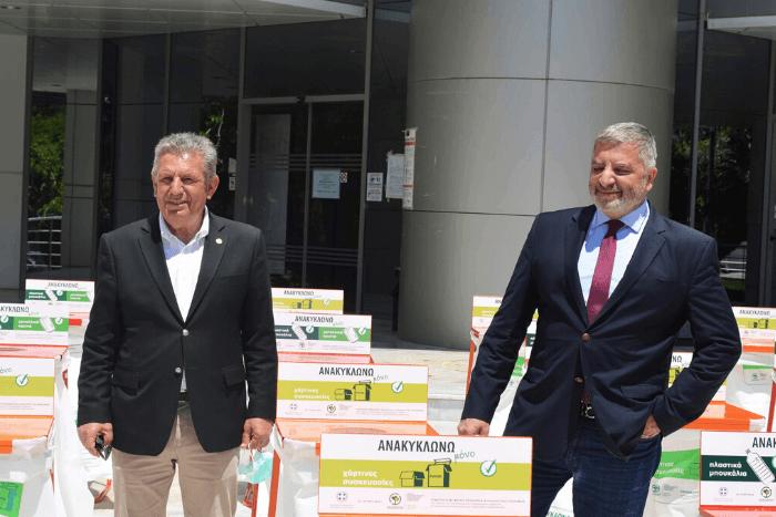 Ο Νίκοε Ζενέτος και ο Γιώργος Πατούλης με τους Κάδους Ανακύκλωσης