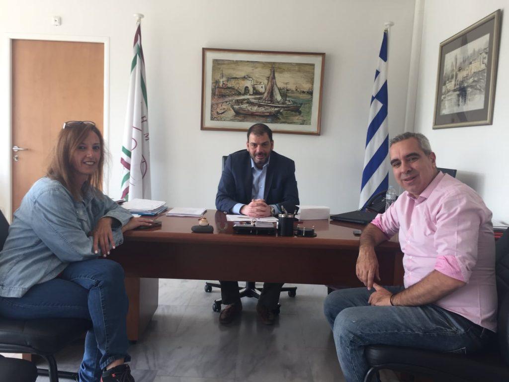 Ο Πρόεδρος της Ομοσπονδίας Τυφλών με τον δήμαρχο Νίκο Χουρσαλά