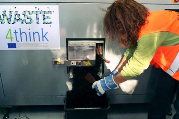 Υπάλληλος του Δήμου που αδειάζει κομποστοποιημένο υλικό
